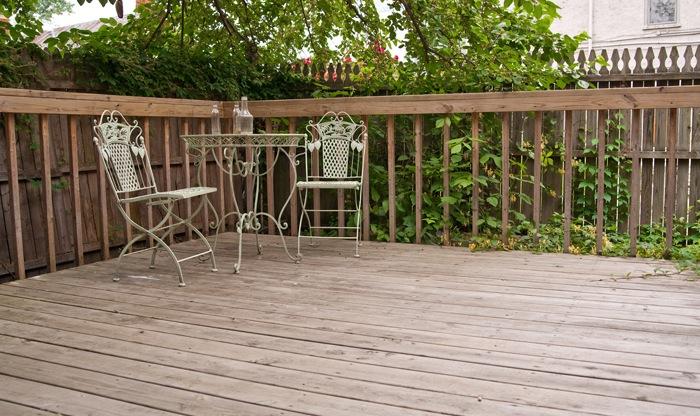 Zelf een houten terras aanleggen tips en voorbeelden for Terras op een helling