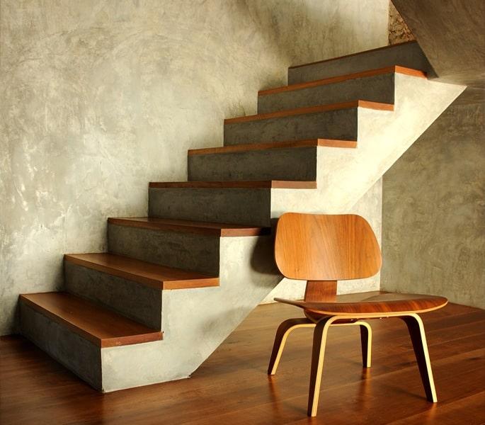 Betonnen trap met houten treden
